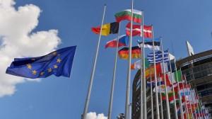 le-drapeau-etoile-rejoint-ceux-des-nations-de-l-union-europeenne-le-30-juin-2014-devant-la-parlement-de-strasbourg-pour-marquer-la-se